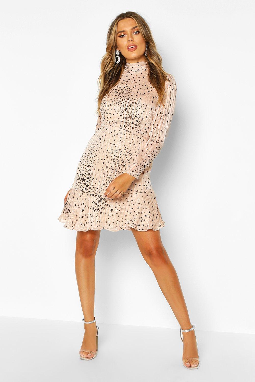 Boohoo | Атласное мини платье со звездой из люрекса с высоким воротом и асимметричным подолом | Clouty