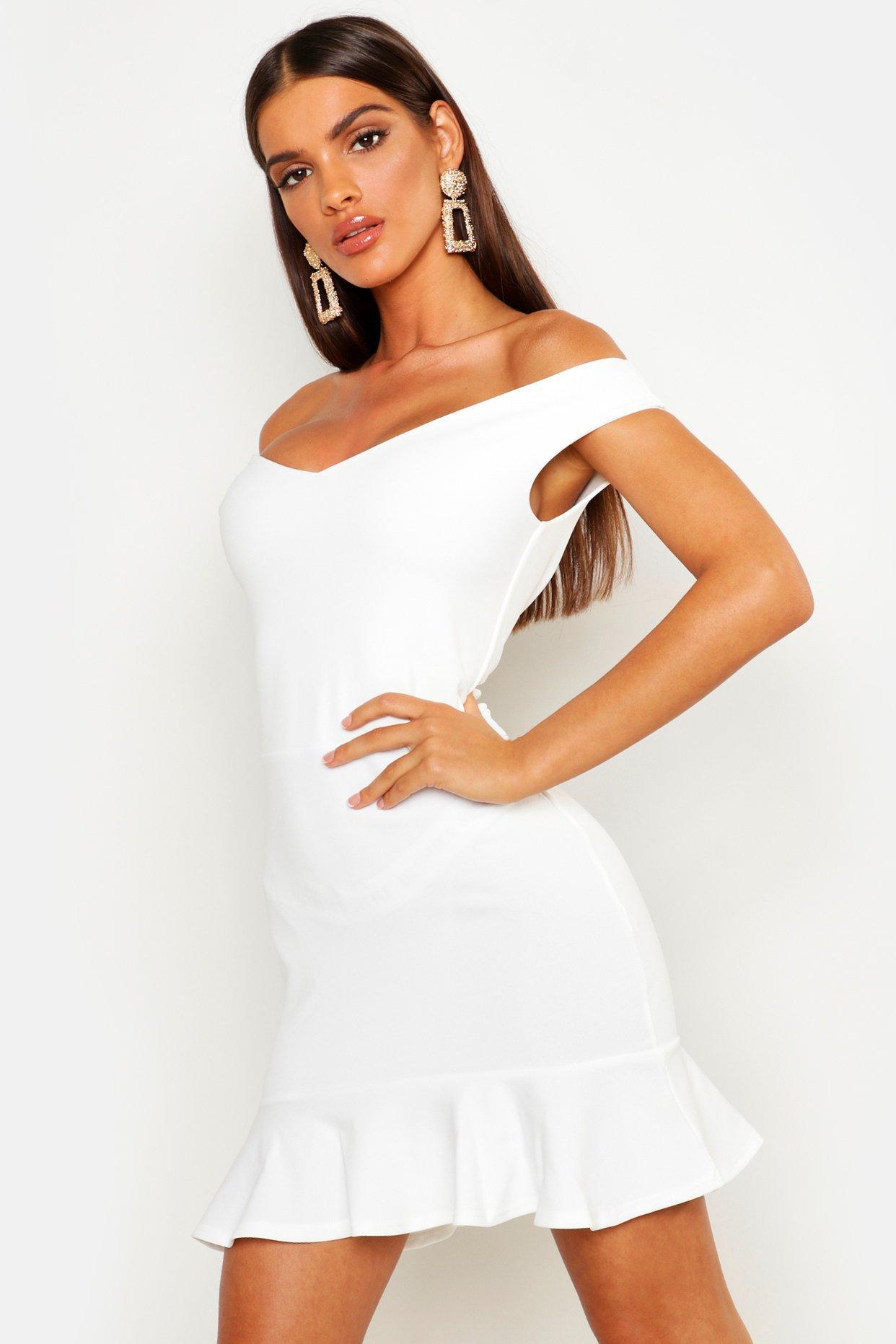 Boohoo | Мини-платье с оборками по краю, вырезом лодочкой и V-образным | Clouty