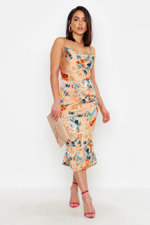 Boohoo | Атласное платье-комбинация с цветочным рисунком, воротником-хомутом и расклешенным подолом | Clouty