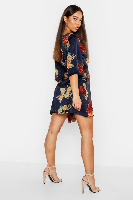 Boohoo   Атласное платье с запахом с цветочным рисунком   Clouty