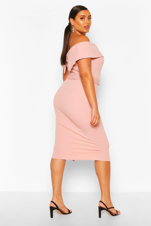 Boohoo | Из коллекции «Плюс сайз» — Платье миди с завязывающимся поясом, вырезом лодочкой и оборками | Clouty