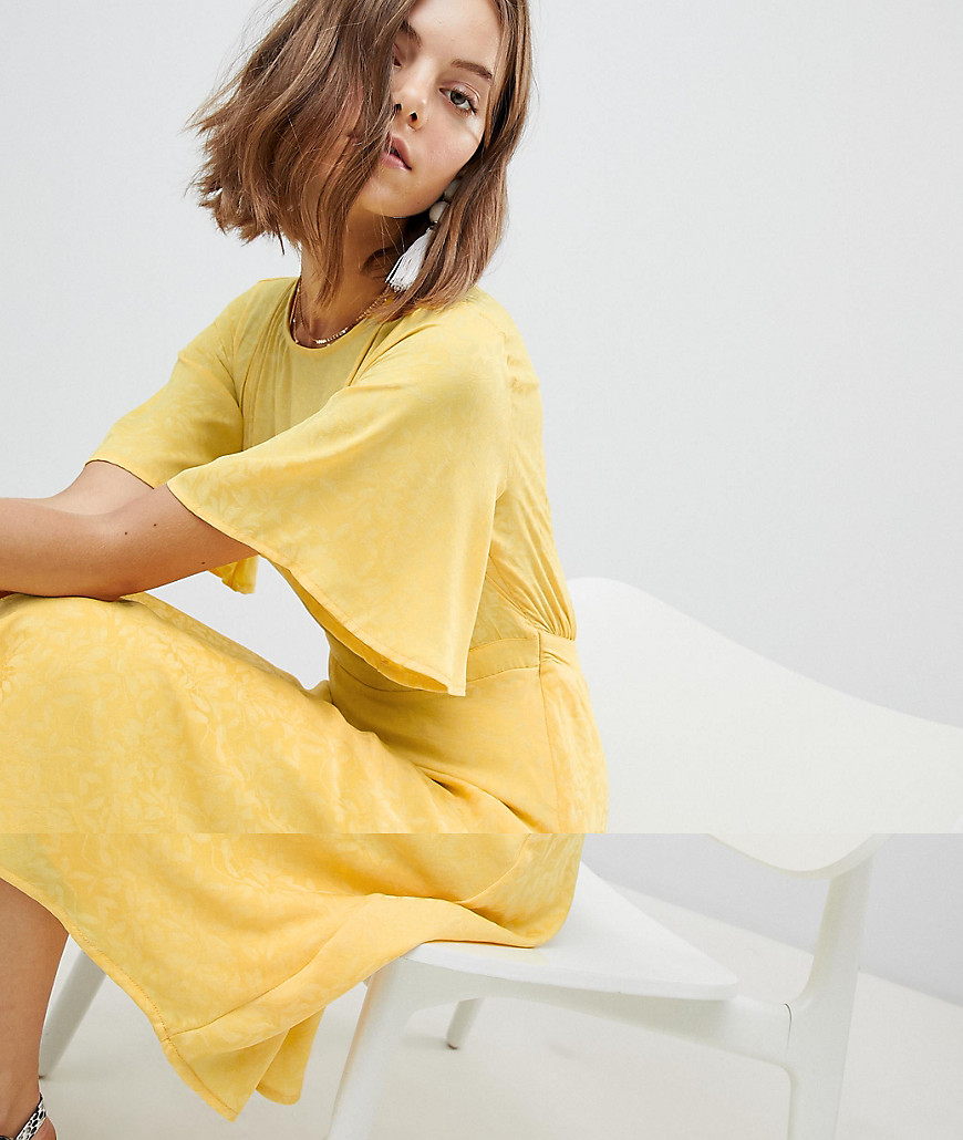 VERO MODA | Короткое приталенное платье с оборками Vero Moda - Желтый | Clouty