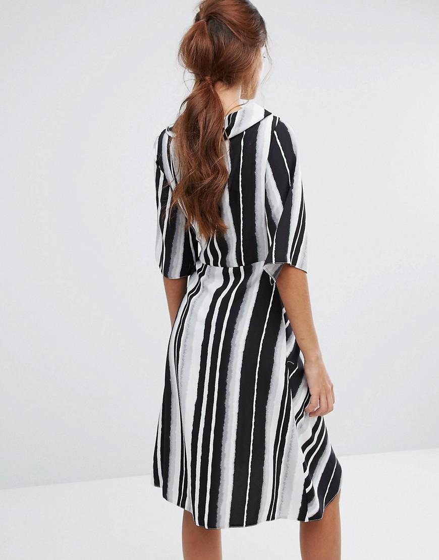 Платье с рюшами внизу фото