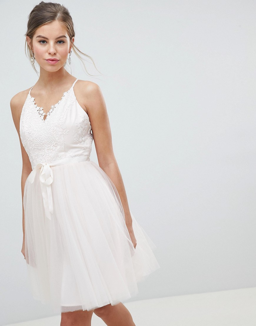 Chi Chi London | Платье миди для выпускного с 3D кружевом и поясом Chi Chi London - Розовый | Clouty