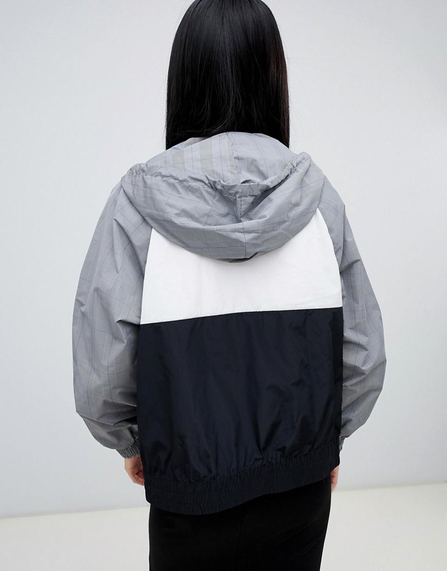 2e4dbef8152 Черно-серая куртка с узором в клетку и капюшоном Monki - Черный ...