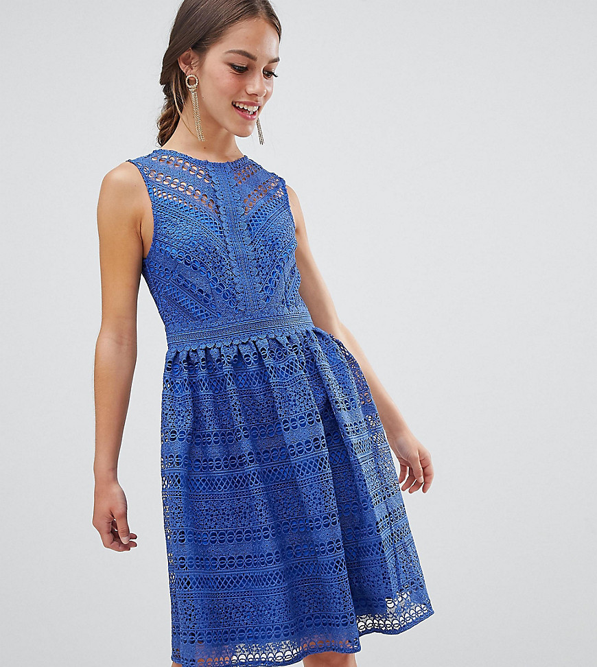 Little Mistress | Кружевное приталенное платье миди для выпускного Little Mistress Petite - Синий | Clouty