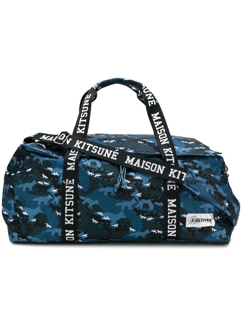 MAISON KITSUNÉ | дорожная сумка Maison Kitsune x Eastpak с камуфляжным принтом | Clouty