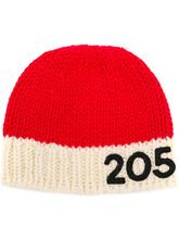 Фото вязаная шапка с контрастным логотипом