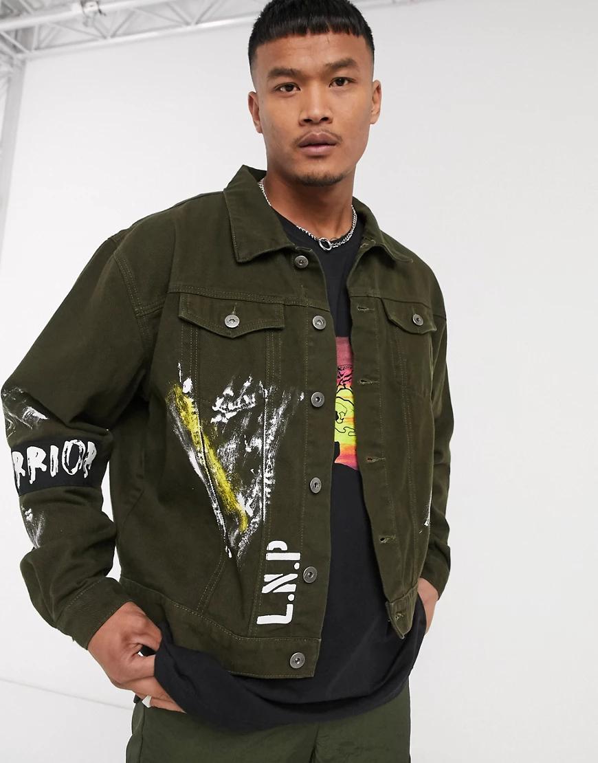 Liquor & Poker | Джинсовая куртка хаки с нашивками и принтом Liquor N Рокеr-Зеленый | Clouty