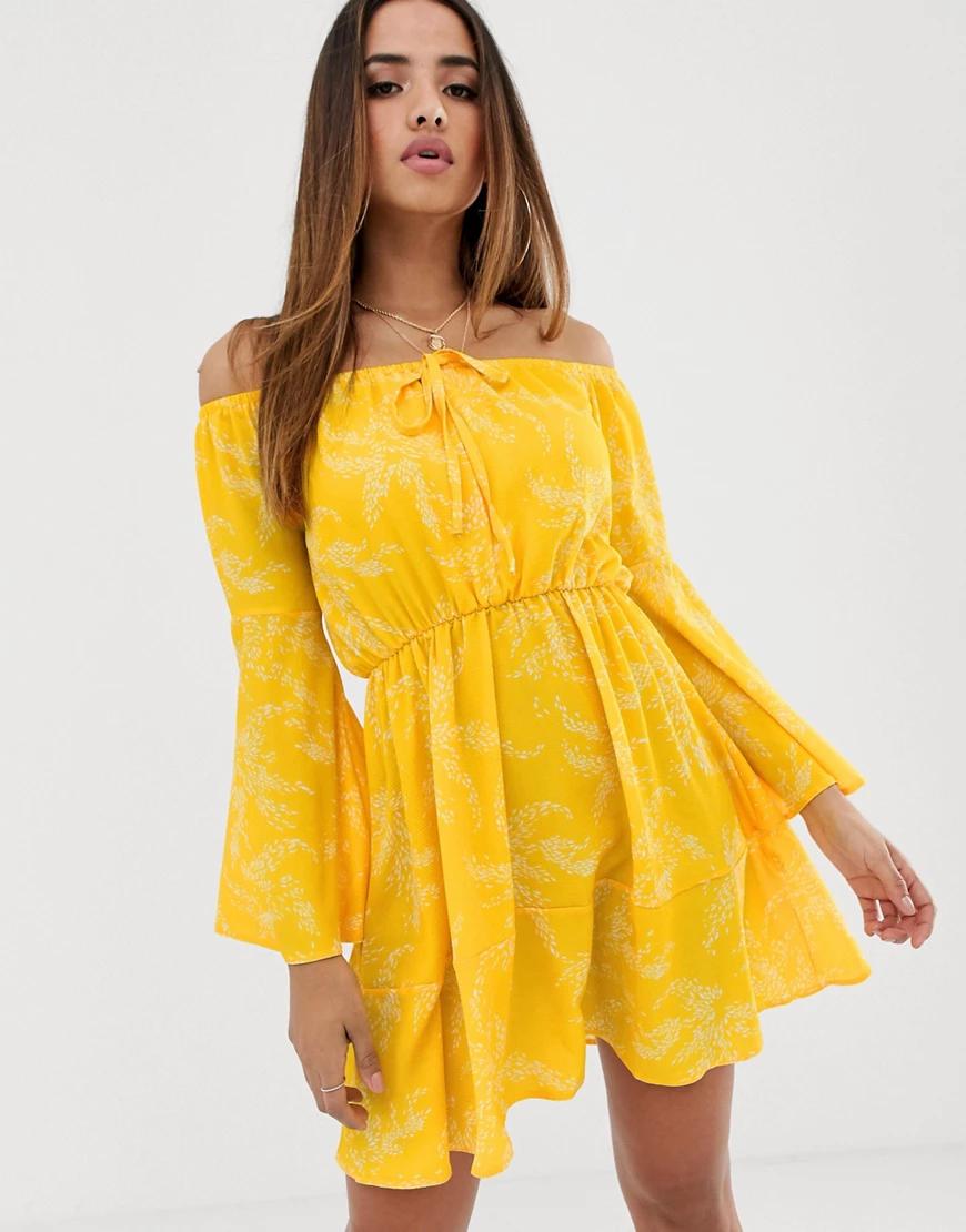 Club L London | Платье с открытыми плечами и расклешенными рукавами Club L-Желтый | Clouty