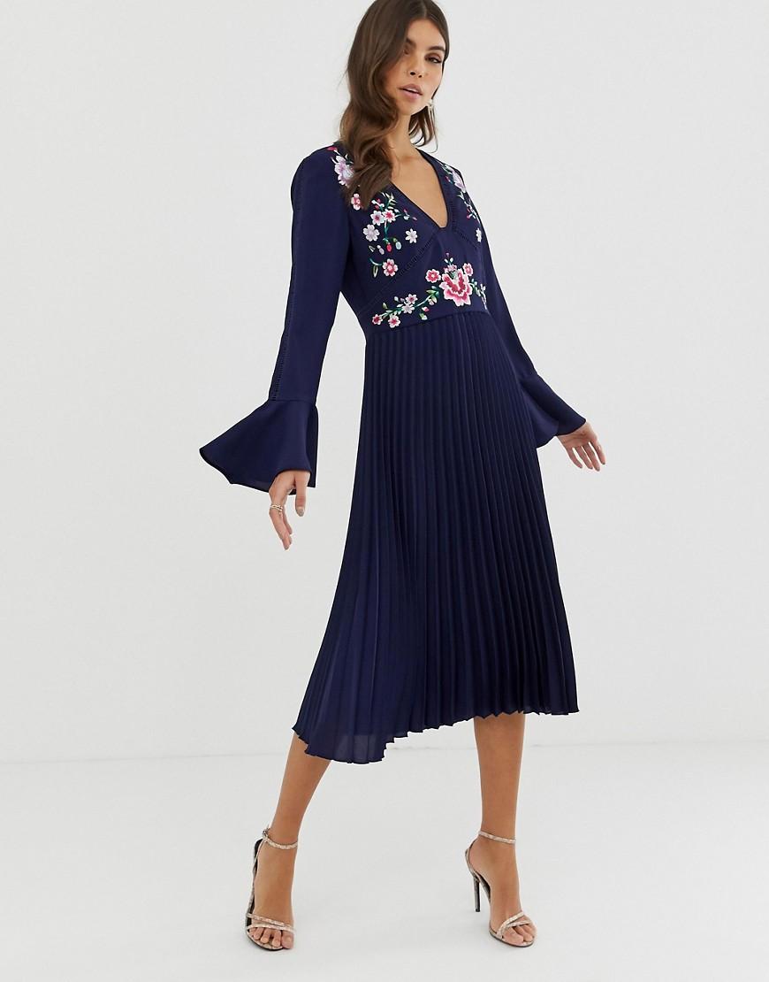 ASOS | Плиссированное платье миди с вышивкой и кружевными вставками ASOS DЕSIGN-Темно-синий | Clouty