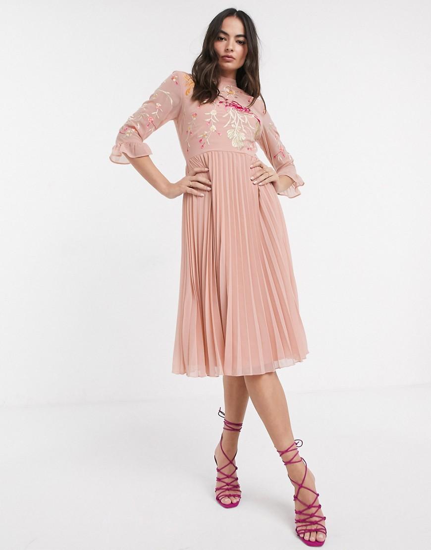 ASOS DESIGN | Розовое платье миди с вышивкой и плиссировкой ASOS DЕSIGN-Розовый | Clouty