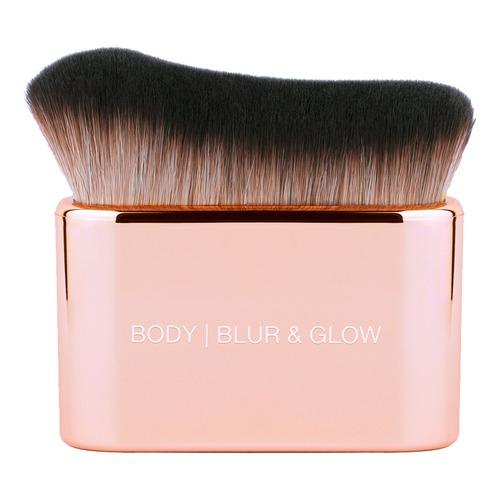 Huda Beauty | HUDA BEAUTY BLUR & GLOW Кисть для хайлайтера | Clouty